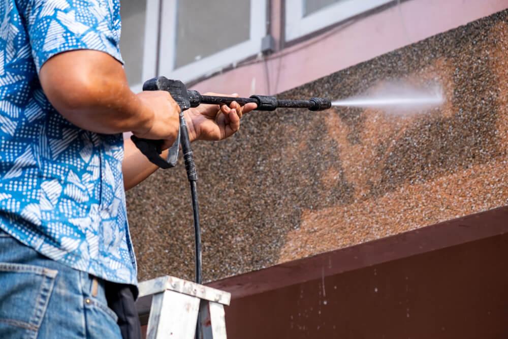 外壁を洗浄する