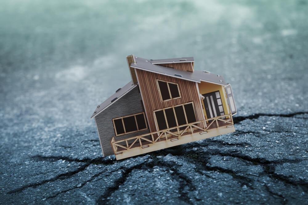 地震で建物が崩れる危険も…